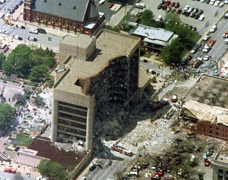 Liittovaltion virastotalo Oklahoma Cityssa Timothy McVeighin laukaiseman valtavan autopommin jälkeen.