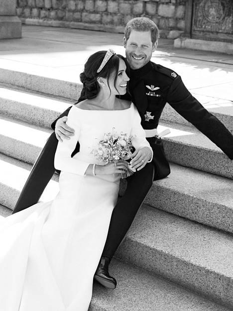 Mustavalkoisessa kuvassa umpirakastunut pari hymyilee onnellisena.