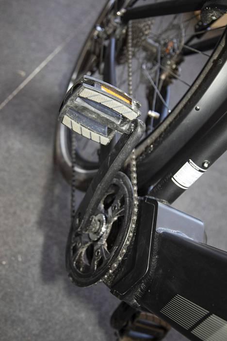 Voimansiirto voi olla kovilla, jos sähköpyörällä ajaa paljon suurimmalla avustuksella. Esimerkiksi ketjut ja rattaat kuluvat samaan tapaan kuin perinteisessä polkupyörässä.