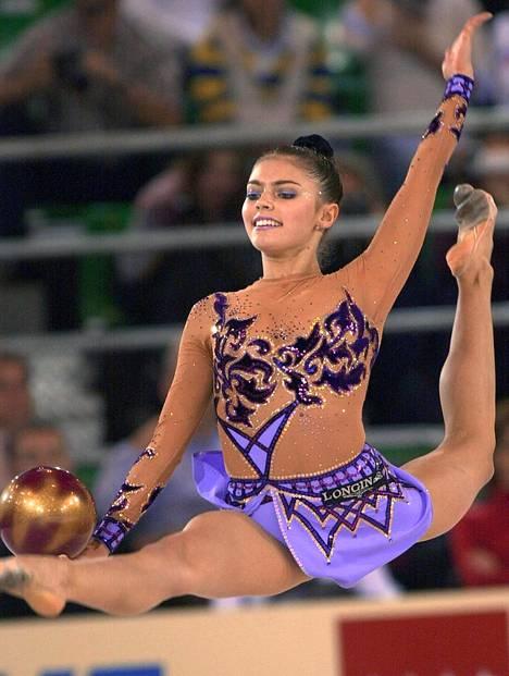Kabajeva voitti Ateenan olympialaisissa vuonna 2004 rytmisen voimistelun kultamitalin. Kuvassa hän kilpailee kolme vuotta aiemmin Madridin maailmanmestaruuskisoissa.