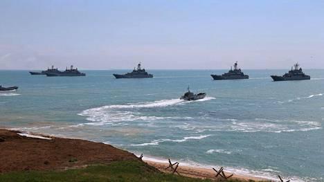 Venäläisiä sota-aluksia Kertshin niemimaan edustalla Venäjän puolustusministeriön julkaisemassa kuvassa.