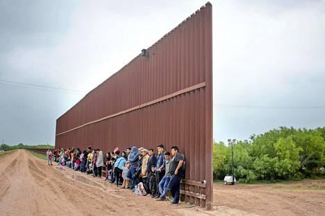 Keski-Amerikasta tulleet siirtolaiset odottivat Texasin Penitasissa päästäkseen antautumaan Yhdysvaltain rajavartijoille ja hakemaan turvapaikkaa.