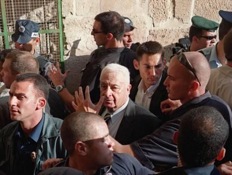 Aiemmin armottomana sotilasjohtajana tunnetun Ariel Sharonin vierailu Temppelivuorella syyskuussa 2000 kuohutti muslimimaailmaa.