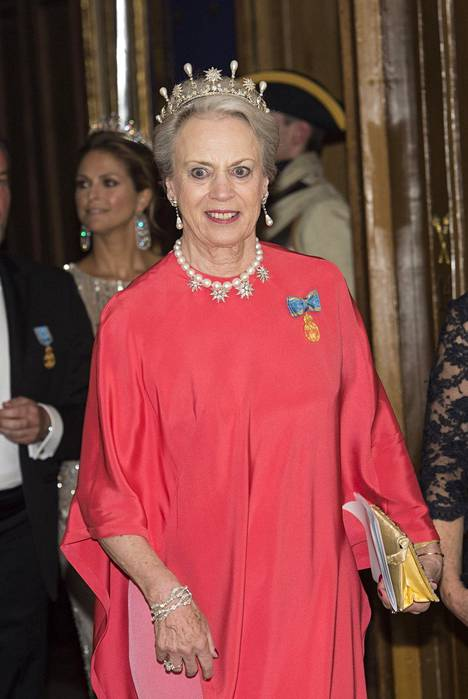Tanskan prinsessa Benedikte hehkui punaisessa iltapuvussa.