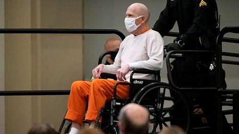 Golden State Killer -nimellä tunnettu sarjamurhaaja Joseph DeAngelo kuuli tuomionsa Sacramentossa perjantaina.