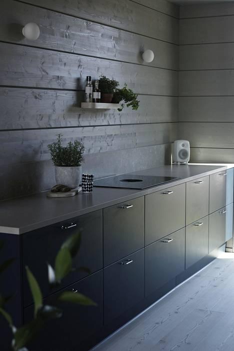 Puustellin sininen keittiö luo harmonisen kauniin tunnelman Honka Huomen -hirsitaloon.