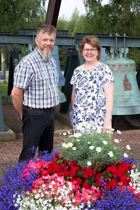 Lassi ja Kaisa Rönkkö ovat vetäneet Vaskikelloa vuodesta 1993. Lassi Rönkön isä osti konkurssiin ajautuneen rähjäisen paikan aikanaan pankilta.