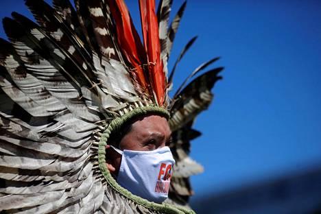 Myös alkuperäiskansojen edustajat ovat sopeutuneet kasvomaskien käyttöön.