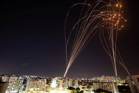 Kuvassa näkyy, kuinka Israelin ohjustorjuntajärjestelmä torjuu Gazasta ammutut raketit Ashkelonissa.