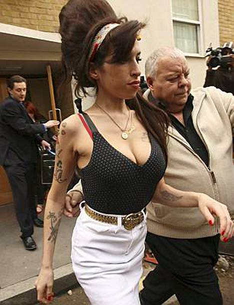 Amy Winehouse piipahti maanantaina ulkomaailmaan reilun viikon vieroituksen jälkeen.
