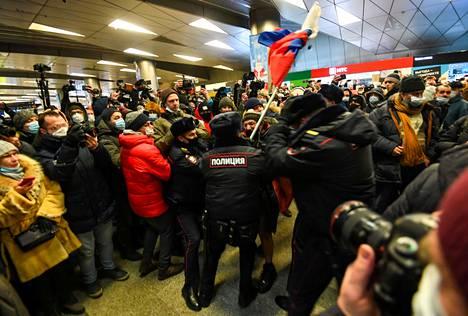 Poliisit pidättivät Navalnyin kannattajan Vnukovon kentällä.
