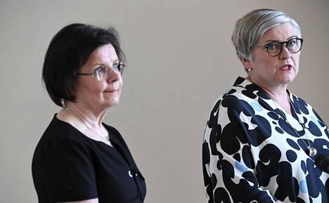 Eduskunnan puhemies Anu Vehviläinen (kesk, kuvassa oik.) ja pääsihteeri Maija-Leena Paavola arvostelevat hallitusta eduskunnan aikataulujen kiirehtimisestä.