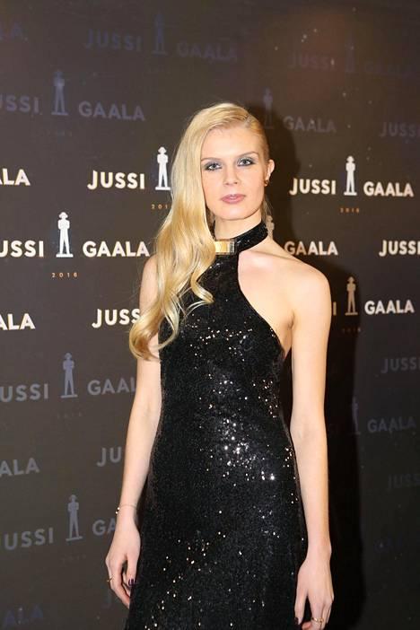 Suomenvenäläinen näyttelijä Alina Tomnikov sädehti upeana.