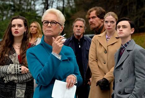 Veitset esiin -elokuvassa Curtis esitti matriarkkaa, joka riitelevän sukunsa lailla joutuu keskelle murhamysteeriä.