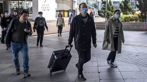 Indonesiassa terveydenhoitohenkilökunta mittaa saapuvien matkustajien ruumiinlämmön Jakartan kansainvälisellä lentokentällä. Vain ne joilla ei ole kuumetta voivat jatkaa matkaa.
