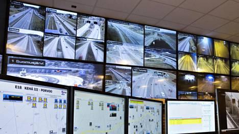 Tällaisilta näytöiltä seurataan liikennettä pääkaupunkiseudun liikenteenhallintakeskuksessa.