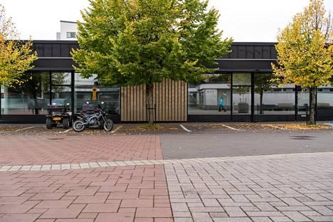 Ravintola Sorentoa vastapäätä on korsomaisen matala rakennus, jonka tiloissa on toiminut muun muassa kampaamoja ja seurakunta. Nyt tilat ovat tyhjiä.