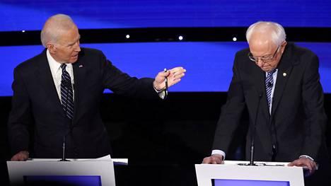 Bernie Sanders (oik.) sai Joe Bidenin heti puolustuskannalle.