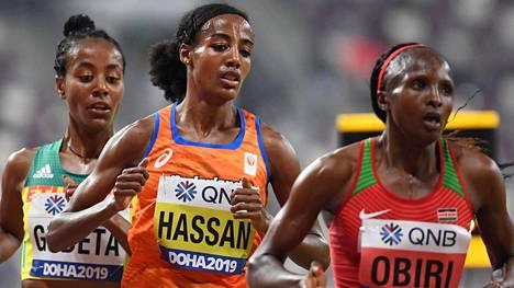 Sifan Hassan (kesk.) voitti MM-kultaa.
