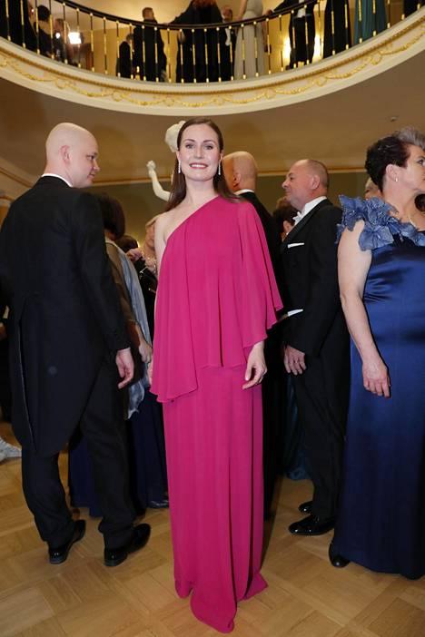 Kansanedustaja Sanna Marin (sd) kisaa parhaillaan pääministerin paikasta. Hän valitsi ylleen fuksianpunaisen ja yksiolkaimisen iltapuvun.