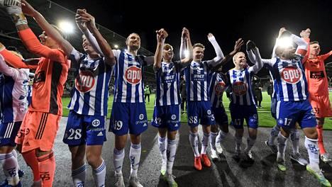 HJK:n pelaajat juhlivat mestaruutta Töölössä.