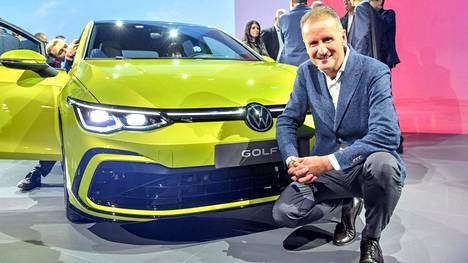 Volkswagenin toimitusjohtaja Herbert Diess myhäili tyytyväisenä, kun uusi Golf esiteltiin suurieleisesti Wolfsburgissa.