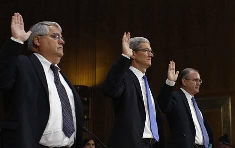 Peter Oppenheimer (vas.) selvitti yhdessä Applen Tim Cookin (kesk.) ja Philip Bullockin kanssa Applen veroasioita keväällä 2013. Oppenheimer oli tuolloin Applen talousjohtaja.