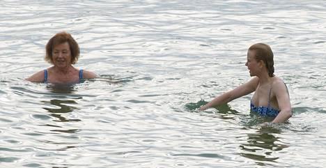 Äiti ja tytär olivat sonnustautuneet saman värisiin uima-asuihin.