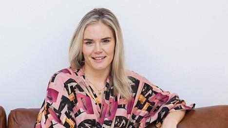 Marja Kihlström luotsaa suomalaisia, jotka etsivät rakkautta alasti uutuussarjassa.