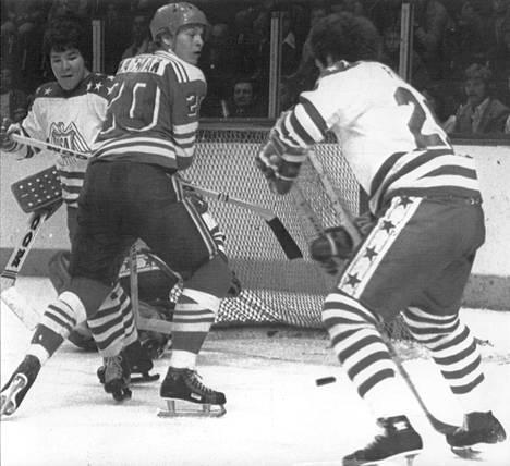 Kanada-cup 1976 oli Matti Hagmanin läpimurto Pohjois-Amerikassa. Kuvassa vastassa USA:n Bill Nyrop ja Joseph Fogolin.