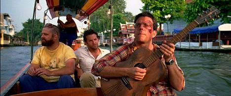 Kauhea kankkunen 2 -elokuvassa pääosia esittivät Zach Galifianakis (vas.), Bradley Cooper ja Ed Helms. Helmsin esittämä Stu sai bileillasta muistoksi tatuoinnin naamaansa.