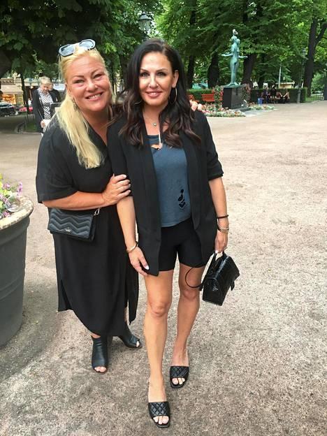 Näyttelijä  Sanna Saarijärvi  on siirtänyt 50-vuotisjuhlat ensi vuoteen. Hänen ystävättärensä  Katerina Jokinen  paljasti heidän perheensä elävän jännittäviä aikoja, sillä aviopuolison, kiekkolegenda Olli Jokisen työkuviot saattavat mennä uusiksi.