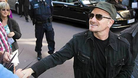 Bono tervehti suomalaisfanejaan Helsingissä viime elokuussa.