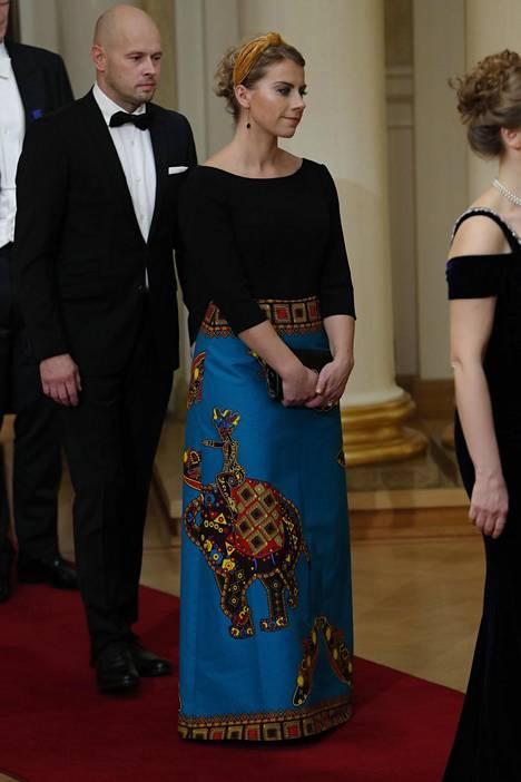 Kokoomuksen kansanedustaja Saara-Sofia Sirén saapui Linnaan metrolla, sillä iltapuvun kangas oli hänen mukaansa rypistyvää sorttia.
