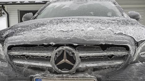 Tero Viherron Mercedes Benz sai sunnuntain aikana komean jääkuorrutteen, joka oli paikallaan vielä maanantaiaamunakin.
