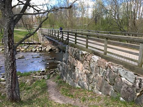 Kävelysilta on rakennettu vanhan sillan raunioiden päälle.