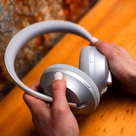 Kuulokkeiden kysyntä on kovaa. Tämä saattaa näkyä mobiilikaiuttimien heikkona saatavuutena, sillä valmistajat ohjaavat sirunsa hyvin myyviin kuulokkeisiin.