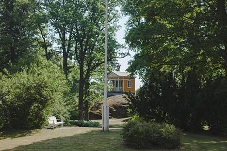 Tamminiemen puutarhan empiretyylinen huvimaja on 1820-luvulta.