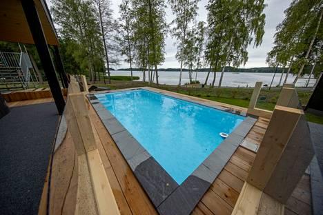 Villa Nordic Storiesin alakerran terassilta löytyy uimala-allas, josta on näkymä Lohjanjärvelle.