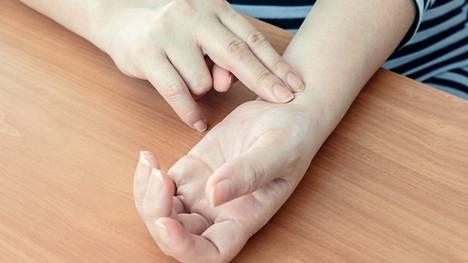 Vajaat 40 prosenttia yli 60-vuotiaista seuraa tutkimuksen mukaan terveydentilaansa säännöllisesti.