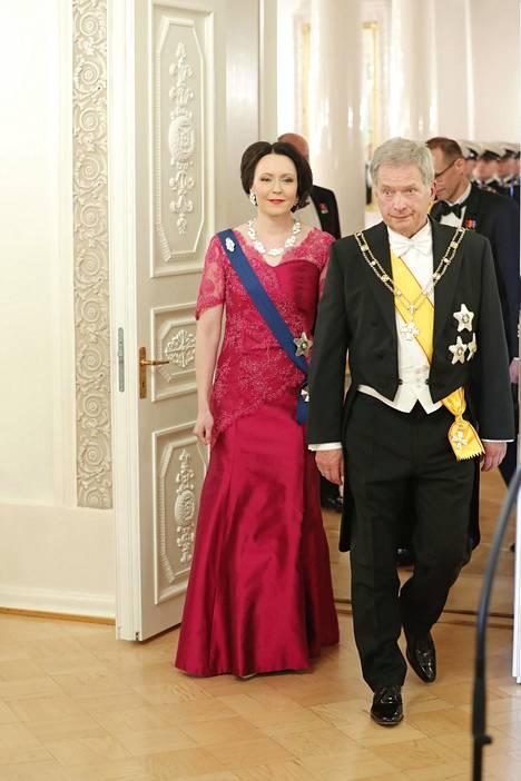 Presidenttipari saapuu antamaan terveisensä medialle ennen juhlien alkua. Rouva Jenni Haukion iltapuku on sama kuin se, joka hänellä oli vuonna 2015.