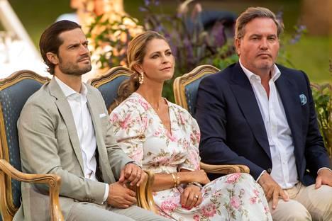 Prinssi Carl-Philip istui siskonsa prinsessa Madeleinen ja tämän puolison Chris O'Neilin kanssa, sillä Carl-Philipin puoliso Sofia jäi Sollidenin linnaan hoitamaan lapsia.