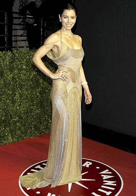 Jessica Biel Vanity Fairin Oscar-juhlissa 2011.