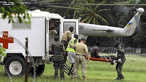 YK:n ja Ranskan joukot evakuoivat haavoittunutta sotilasta.