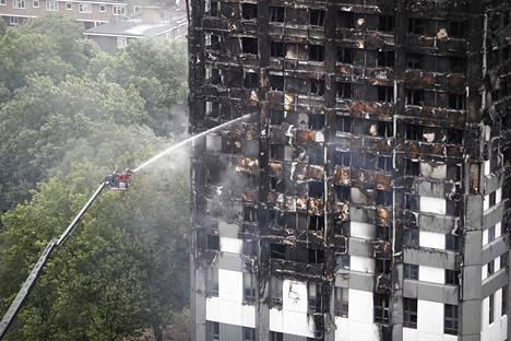 Tragedian jälkeen julkaistussa raportissa kerrotaan, että tornitalon pintamateriaali ei ollut todennäköisesti tulenkestävä.