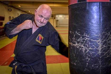 Auvo Niiniketoa ja Boris Rotenbergiä yhdistävät kamppailulajit. Niiniketo on Suomen jujutsun grand old man ja Rotenberg on puolestaan judon harrastaja ja vanha judovalmentaja.
