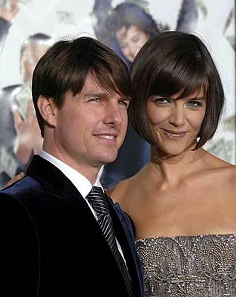 Tom Cruise poseerasi punaisella matolla vaimonsa Katie Holmesin kanssa Los Angelesissa tammikuun alussa.