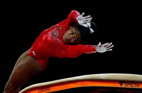 Simone Biles voitti hyppyfinaaliin. Ensimmäisestä hypystään hän sai pisteet 15,333 ja toisesta 15,466.