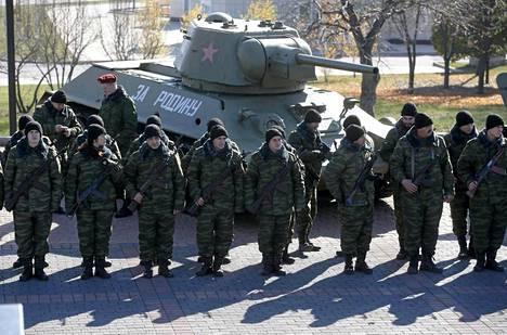 Joukko separatisteja seisomassa toisen maailmansodan T-34-panssarivaunun edessä lokakuussa.