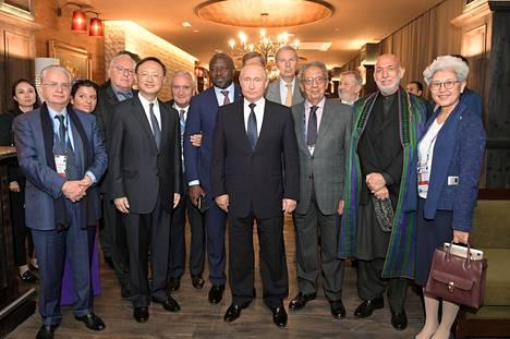 Vladimir Putin poseerasi Valdain klubin arvovieraiden kanssa. Mukana on muun muassa Afganistanin entinen presidentti Hamid Karzai.